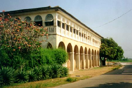 Grand-Bassam-immeuble-coloniale-a-renover1.jpg